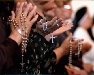 Praying-rosary-in-Iraq